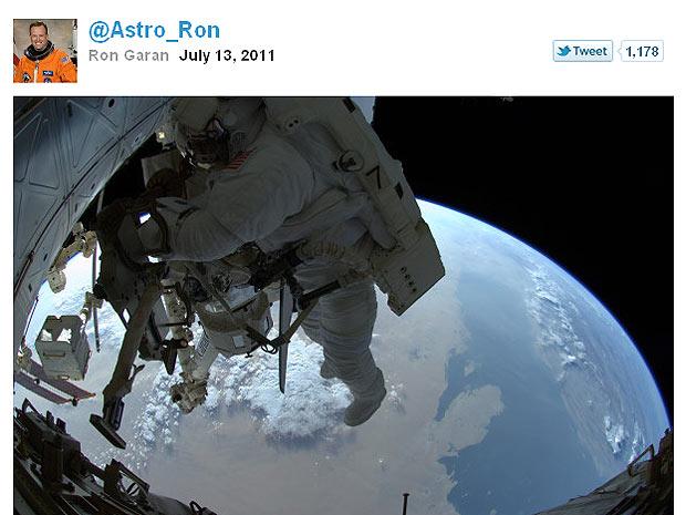 Fotografia mostra Ronald Garan enquanto trabalhava do lado de fora da ISS (Foto: Reprodução)