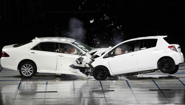 Crash test em fábrica da Toyota no Japão mostra o funcionamento do sistema (Foto: Koji Sasahara/AP)