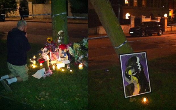 Homem reza em altar improvisado em frente à casa de Amy. 'Deixem que ela descanse em paz', gritou ele para os fãs enquanto rezava (Foto: Pedro Caiado/G1)