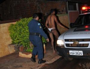 Homem é flagrado usando apenas calcinhas nas ruas de Maracaju, MS (Foto: Maracaju Speed)