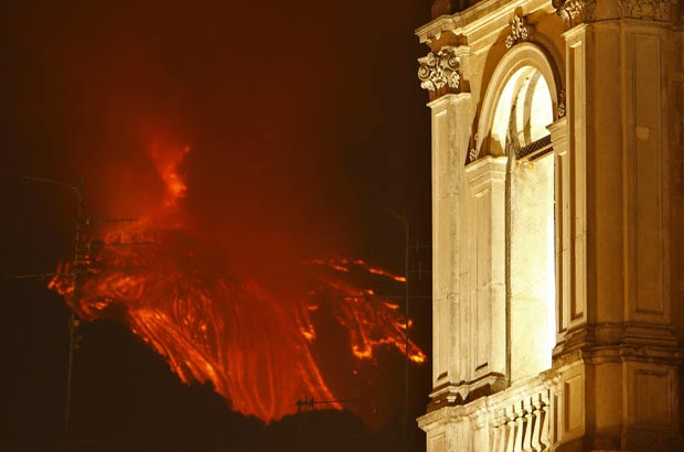 Catedral de Zafferana Etnea é vista enquanto o Etna jorra lava. (Foto: Antonio Parrinello/Reuters)