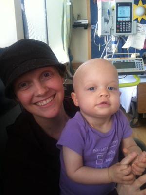 Mãe e filha, ambas com câncer, enfrentam a doença. (Foto: Arquivo pessoal / via BBC)