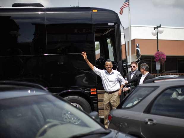 Presidente dos EUA, Barack Obama, desembarca de seu ônibus para almoçar em Minnesota. (Foto: Jason Reed / Reuters)
