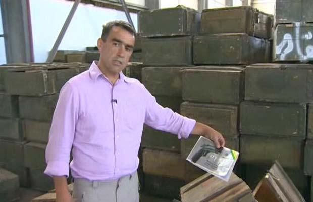 Repórter encontra armas brasileiras em depósito secreto de Kadhafi (Foto: BBC)