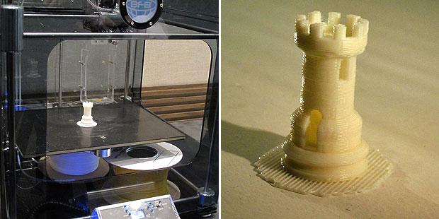 Impressora 3D criou uma pequena peça de xadrez em 25 minutos (Foto: Laura Brentano/G1)