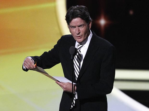 """Charlie Sheen apresenta prêmio de melhor ator de série de comédia e desejou boa sorte para a nova temporada de """"Two and half men"""" (Foto: Mario Anzuoni/Reuters)"""
