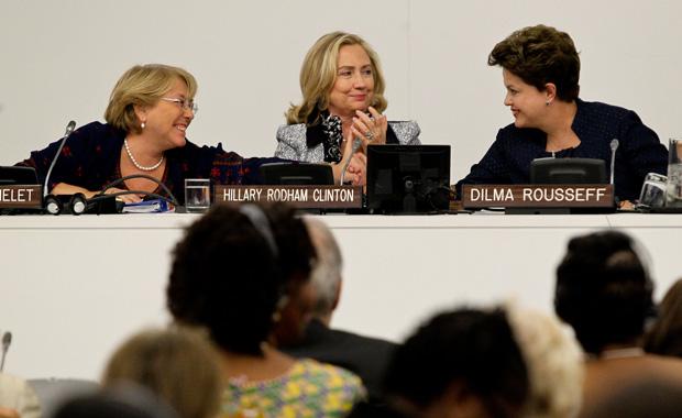 A presidente Dilma Rousseff ao lado da secretária de Estado norte-americana, Hillary Clinton, e da ex-presidente do Chile e atual diretora-executiva da ONU Mulher, Michelle Bachelet, em encontro nas Nações Unidas.  (Foto: Roberto Stuckert Filho/PR)