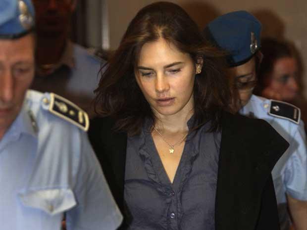 A estudante norte-americana Amanda Knox chega ao tribunal nesta sexta-feira (30) na cidade italiana de Perugia (Foto: AP)