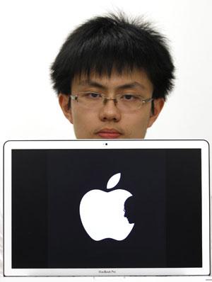 Estudante Jonathan Mak posa com a sua homenagem para Steve Jobs (Foto: Bobby Yip/Reuters)