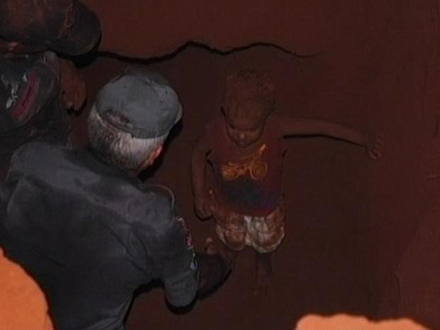 Garoto caiu em buraco de 3 metros de profundidade (Foto: Reprodução / TV Globo)