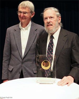 Dennis Ritchie (direita) recebendo o Prêmio Japão pela criação do sistema Unix em maio de 2011 (Foto: Denise Panyik-Dale/Creative Commons)