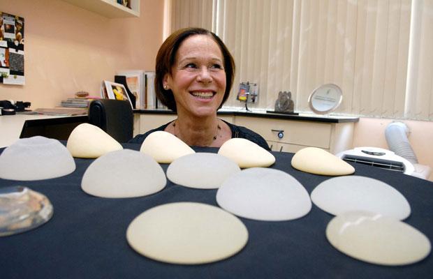 Margaret Figueiredo, da Silimed, mostra implantes mais vendidos pela empresa (Foto: Alexandre Durão/G1) (Foto: Alexandre Durão/G1)