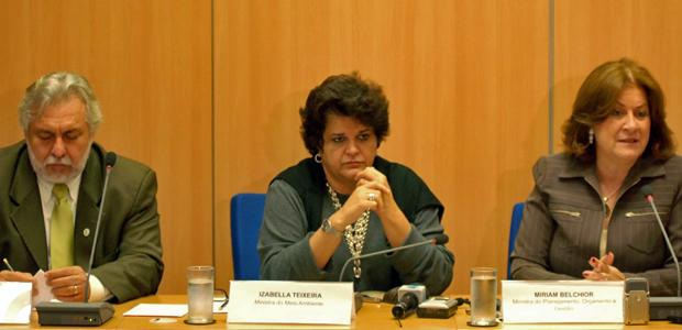 O presidente do ICMBio, Rômullo Neto, a ministra do Meio Ambiente, Izabella Teixeira, junto com a ministra do Planejamento, Miriam Belchior, durante evento nesta quinta-feira (Foto: Divulgação/Jefferson Rudy/MMA)