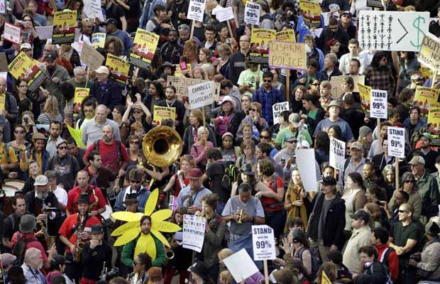 Marcha anticapitalismo nesta quarta-feira (2) em Oakland, na Califórnia (Foto: AP)