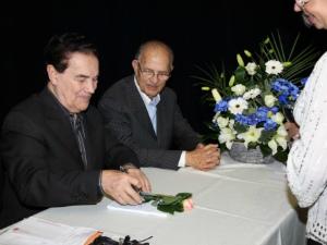 Dilvado Franco (esq.) autografando livro durante conferência em Luxemburgo (Foto: Divulgação)