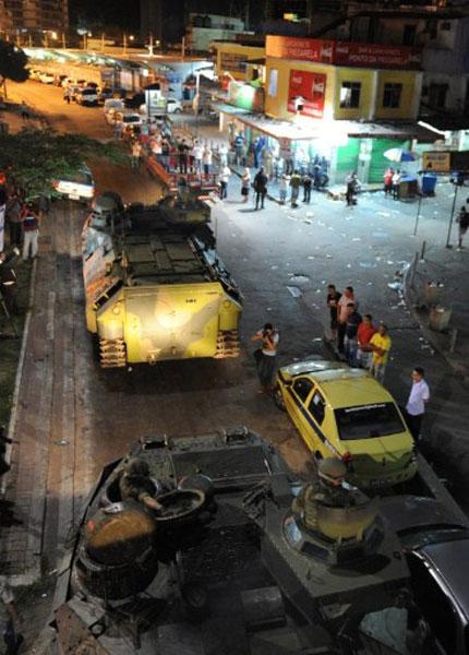 Blindados ocupam vias da Rocinha