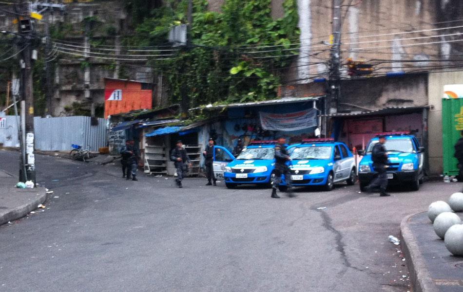 Doze policiais do Batalhão do Choque chegaram ao topo do Vidigal, na Zona Sul do Rio, após encontrarem inúmeras barreiras que impediam a passagem da tropa