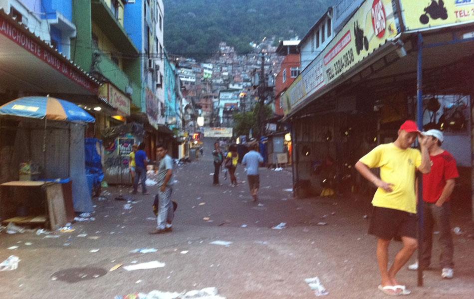 Amanhece na Rocinha, e o movimento segue fraco. Poucas pessoas circulam, e moradores evitam falar com a imprensa
