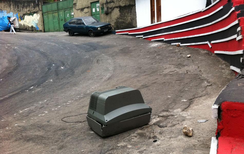 Até uma televisão foi usada como obstáculo para impedir a subida da policia