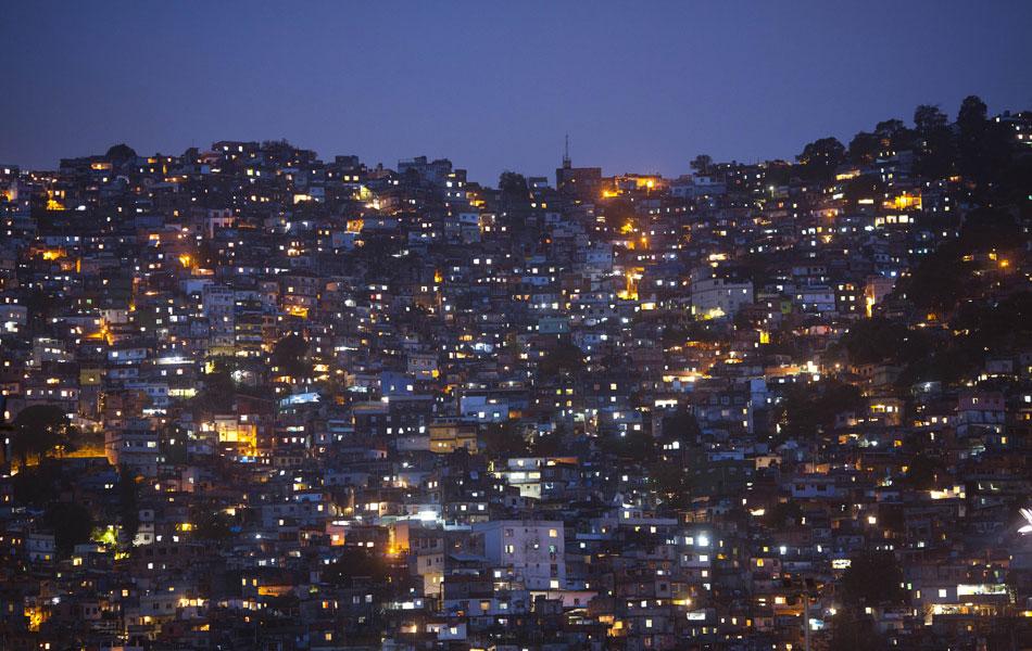 Vista da favela da Rocinha no sábado (12) à noite