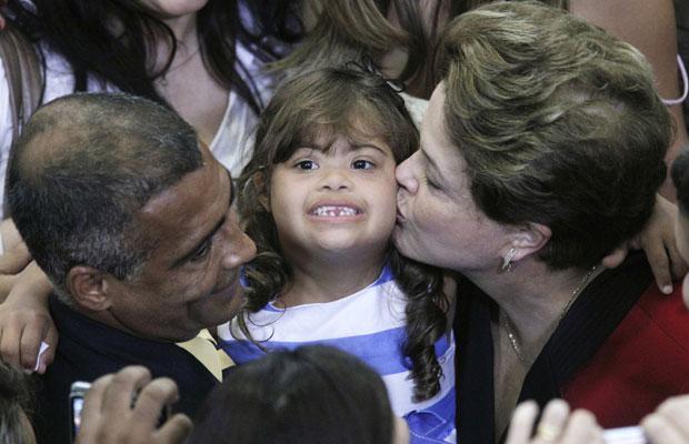 Dilma beija a filha do deputado Romário (à esq.) durante cerimônia no Planalto (Foto: Ueslei Marcelino / Reuters)