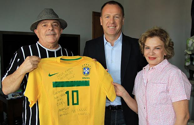O ex-presidente Lula, o técnico Mano Menezes e a ex-primeira-dama Marisa Letícia (Foto: Ricardo Stuckert / Divulgação / Instituto Lula)