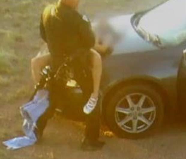 Em agosto de 2011, uma foto que mostra um policial  fazendo sexo em serviço sobre o capô de um carro em plena luz do dia provocou polêmica estado do Novo México (EUA). A cena foi registrada pelas câmeras de vigilância de um rancho. (Foto: Reprodução)