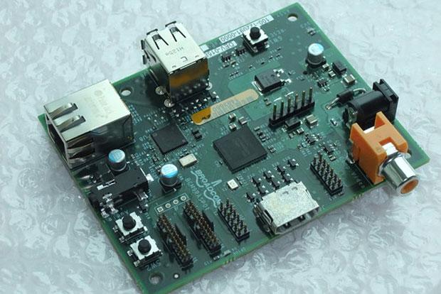 """Computador Raspberry Pi – """"system on a chip"""" de R$ 50 reproduz vídeo em alta definição poderá ser alimentado por um carregador de celular (Foto: Divulgação)"""