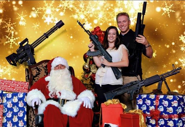 clube de tiro de Scottsdale, no estado do Arizina (EUA), oferece a oportunidade de sócios e não sócios de posar com suas armas com o Papai Noel. (Foto: Reprodução)
