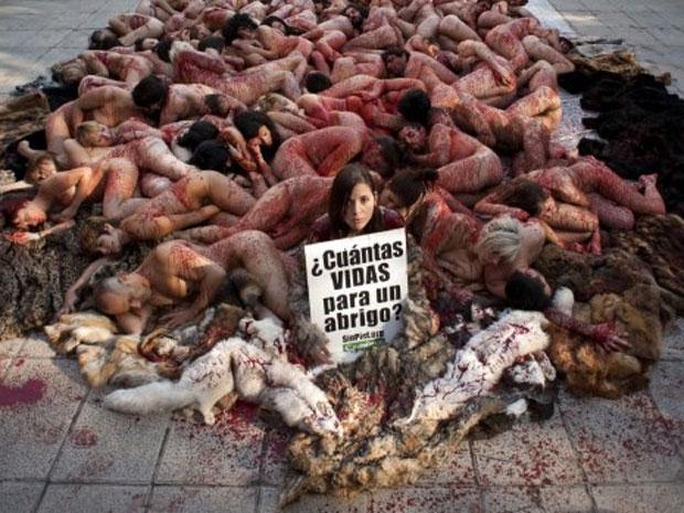 Ativistas de uma organização internacional de direitos dos animais realizaram neste domingo (4) um protesto na Plaza de Espana, em Madri, para denunciar a morte de animais para a produção de casacos de pele (Foto: Dani Pozo/AFP)