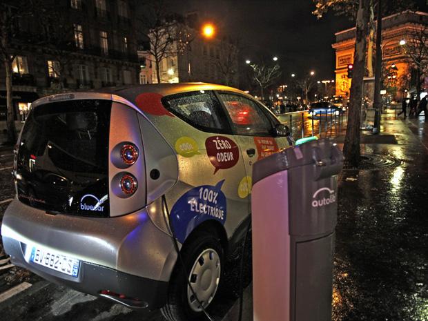 Carro elétrico para aluguel será mais um símbolo de Paris (Foto: Mal Langsdon/Reuters)