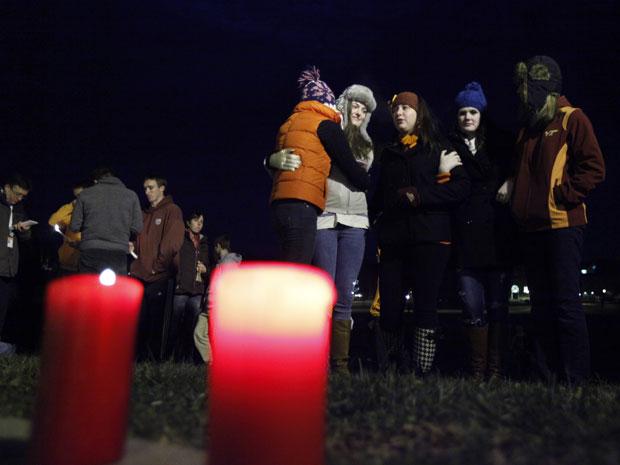 Estudantes participam de uma vigília com velas improvisadas no campus da Virginia Tech (Foto: Steve Helber / AP)