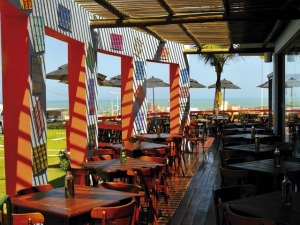 Fiteiro Praia possui ambiente com cores quentes e atrativas deixando o bar com a cara do verão (Foto: Fiteiro Praia/ Divulgação)