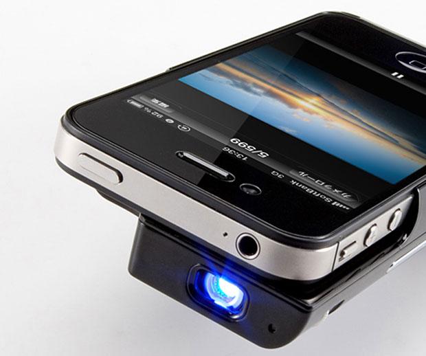 Projetor para iPhone 4 e 4S recarrega a bateria do aparelho (Foto: Divulgação)