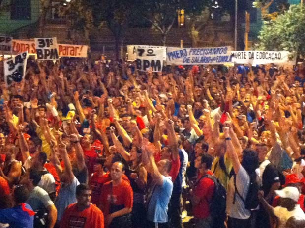 Bombeiros e policiais  decretam greve no Rio após assembleia realizada no Centro do Rio (Foto: Carolina Lauriano/ G1)