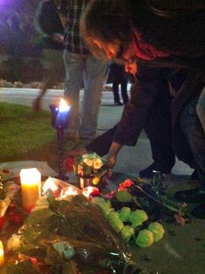 Fãs prestam homenagens em frente ao hotel onde Whitney foi achada morta (Foto: Mariana De Lucca/G1)