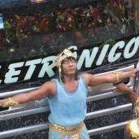 Márcio Victor desce do trio e se junta a Cleópatras no carnaval de Salvador