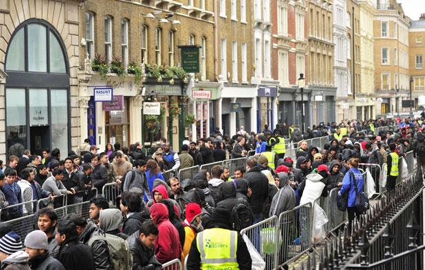 Consumidores fizeram fila em frente à loja da Apple em Covent Garden, em Londres (Foto: Toby Melville/Reuters)