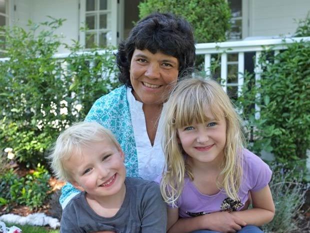 A babá brasileira Zenaide Muneton, com duas crianças de quem cuidava em Nova York (Foto: Reprodução/Arquivo pessoal)