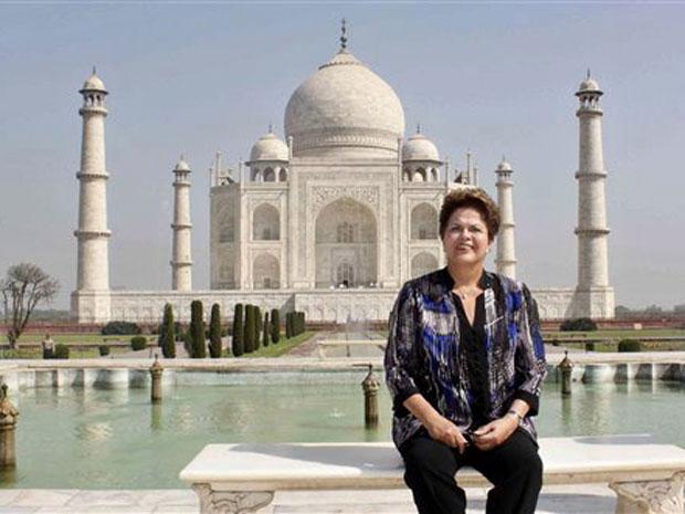 Presidente Dilma Rousseff em frente ao Taj Mahal, em Agra, na India, neste sábado (31). Dilma conclui a visita oficial de quatro dias à Índia, onde participou da reunião do Brics, grupo que reúne ainda os líderes da Rússia, Índia, China e África do Sul. (Foto: AP)