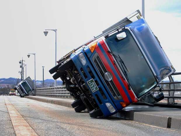 Força do vento virou caminhões em Toyama, no oeste do Japão. (Foto: Jiji Press / AFP Photo)