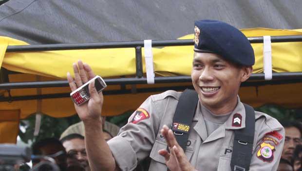 Em 2011, a polícia da Indonésia demitiu Norman Kamaru, o 'policial cantor', que ficou famoso por suas performances na internet. Norman alcançou popularidade internacional em vídeos online em que, com uniforme de policial, cantava e dançava temas de filmes de Bollywood, a popular indústria cinematográfica indiana. (Foto: AFP)