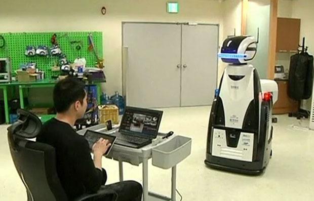 Robô guarda de prisãoestá em fase de testes na Coreia do Sul (Foto: Reuters)