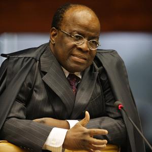 Os ministros Joaquim Barbosa, único ministro negro do tribunal, ao proferir seu voto durante julgamento das cotas raciais (Foto: Nelson Jr. / SCO / STF)