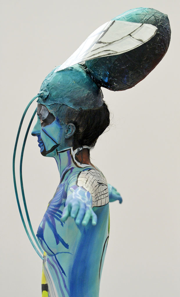 Modelo de pintura corporal posa caracterizada como libélula (Foto: Jens Meyer/AP)