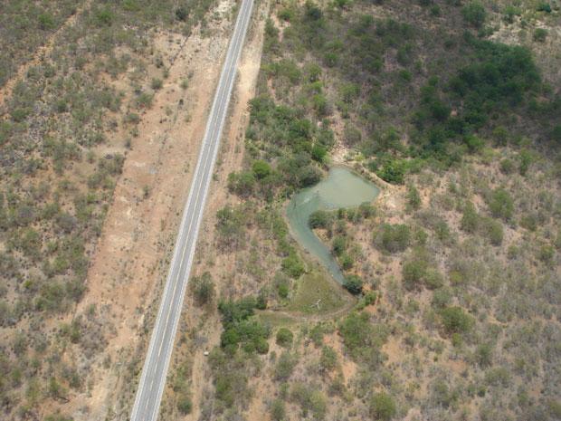 Lago de água proveniente de furto da adutora no trecho da Estação Elevatória 2 - Urimamã (Foto: Divulgação/ Compesa)