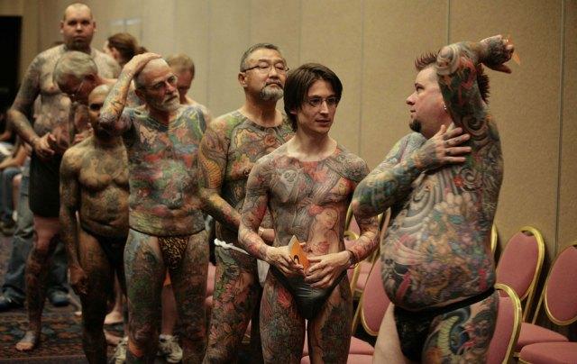Participantes aguardam para exibir suas tatuagens na categoria de ...