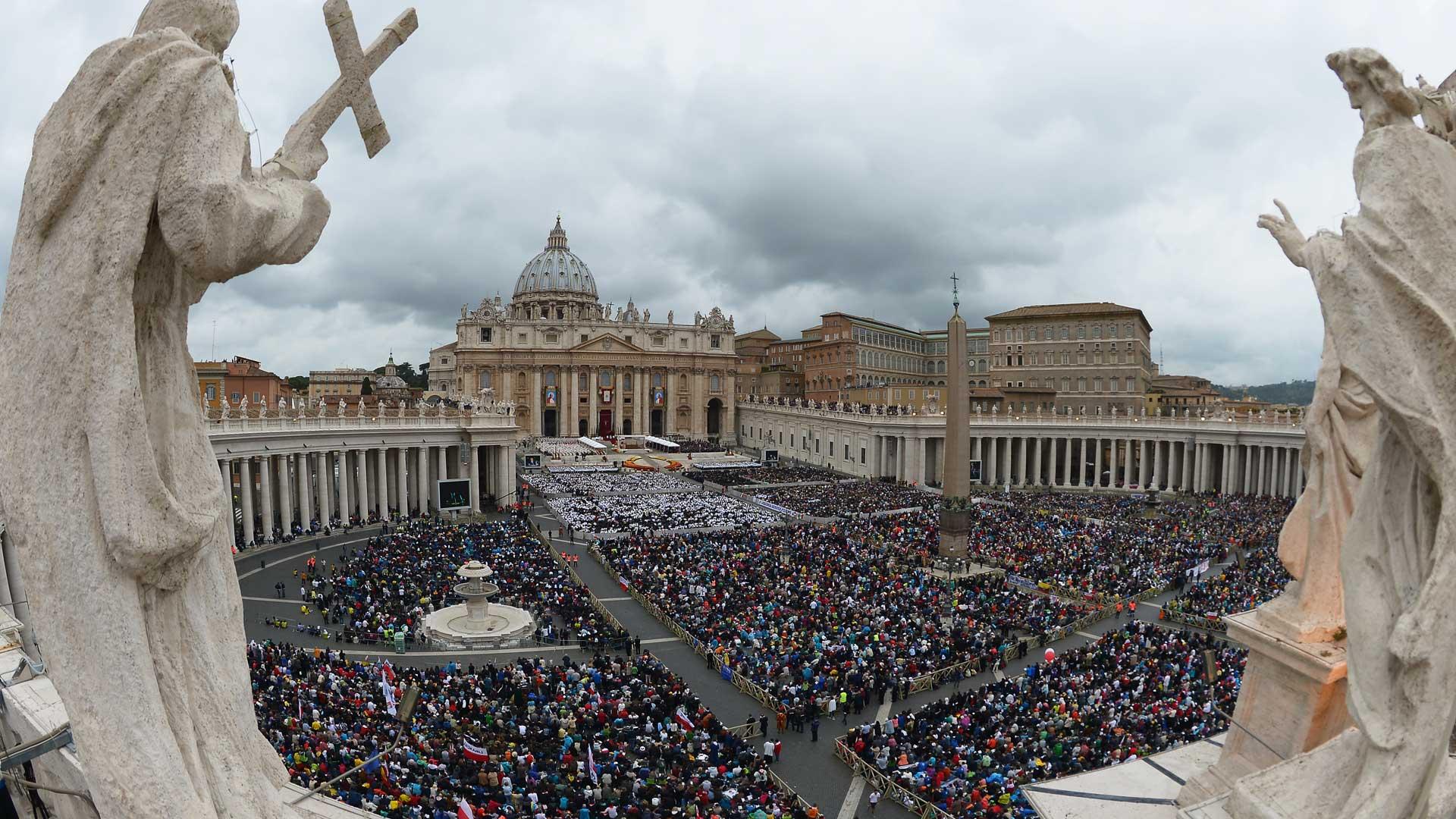 Milhares de fiéis acompanharam cerimônia na Praça São Pedro.