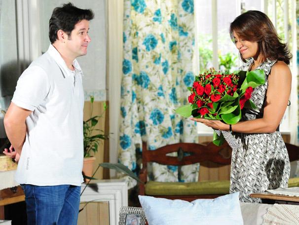 Ari (Murilo Benício surpreende Marta (Dira Paes) com um lindo buquê de flores (Foto: João Miguel Júnior/ TV Globo)