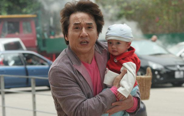 Fong (Jackie Chan) sequestra o bebê da família mais rica da cidade (Foto: Divulgação)